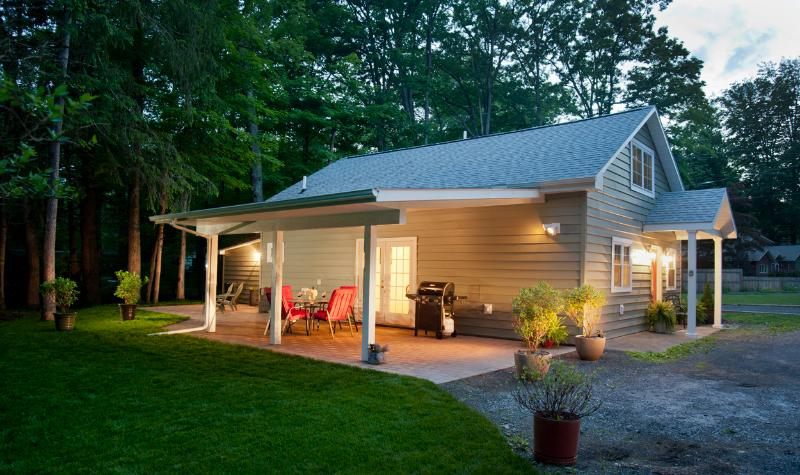 Cottage with covered patio - Woodstock Cottage: walk to Town - Woodstock - rentals