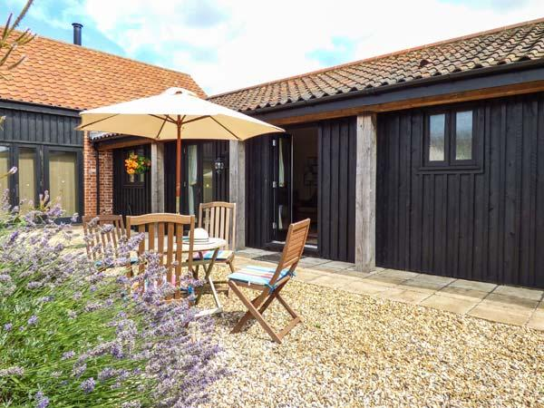COURTYARD BARN 2, single-storey barn conversion, pet-friendly, patio, parking, near Coltishall, Ref 913889 - Image 1 - Coltishall - rentals