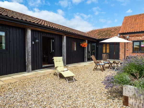 COURTYARD BARN 1, single-storey cottage, pet-friendly, off road parking, WiFi, near Coltishall, Ref 914263 - Image 1 - Coltishall - rentals