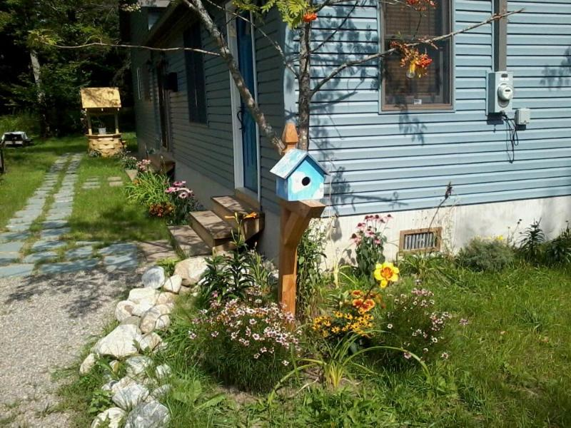 View of fence post in front yard with Robin's Nest bird house - Robin's Nest-Spectacular 3 Bdrm 2 Bath Sleeps 8-10 - Caroga Lake - rentals