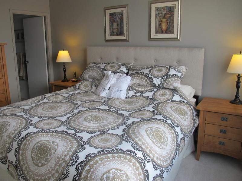 King sized master - 2 + 2 Fully Furnished Condo Downtown Calgary - Calgary - rentals