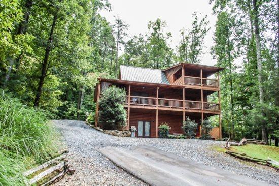 UP THE CREEK- 2BR/2BA, LUXURY LOG CABIN WITH STUNNING MOUNTAIN VIEWS, CREEK FRONTAGE, JETTED TUB IN MASTER SUITE, HOT TUB, PING PONG, FOOSEBALL, GAS LONG FIREPLACE, WIFI, $125/NIGHT! - Image 1 - Blue Ridge - rentals