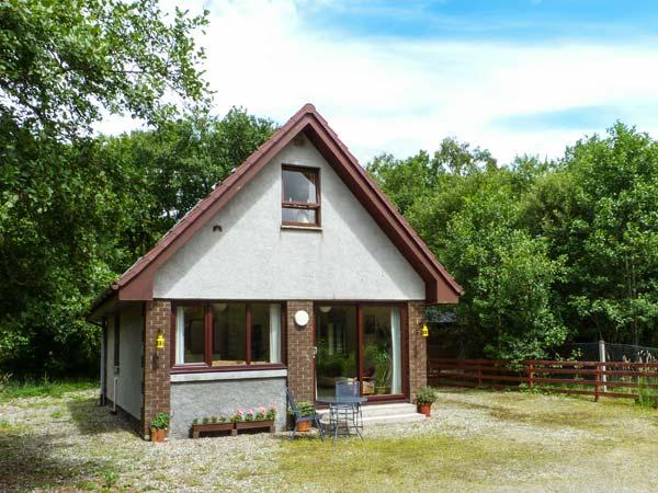 SINGING HEART COTTAGE, tranquil holiday cottage, garden with furniture, great base for walking, near Lochgilphead, Ref 914763 - Image 1 - Lochgilphead - rentals