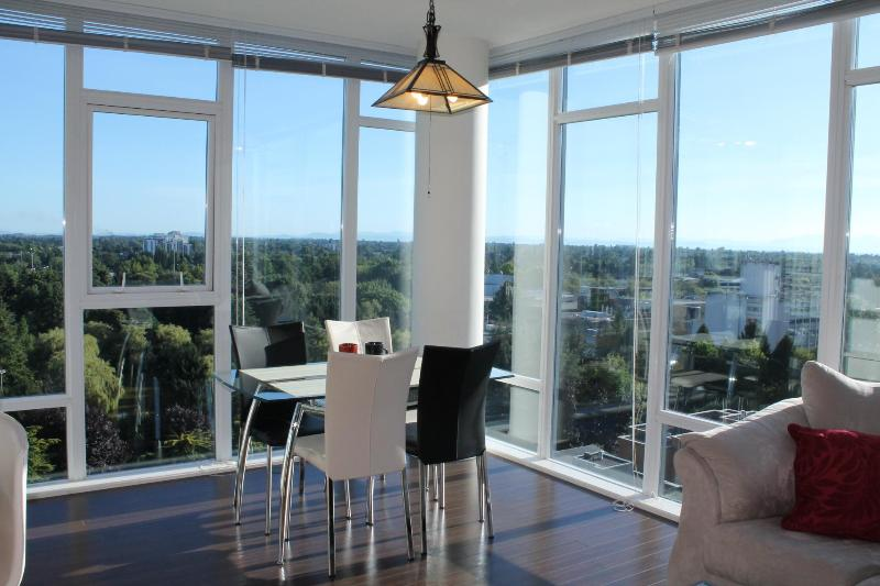 Dining Space - Gorgeous 2 BD/2 BA Suite @ Central Richmnond - Richmond - rentals