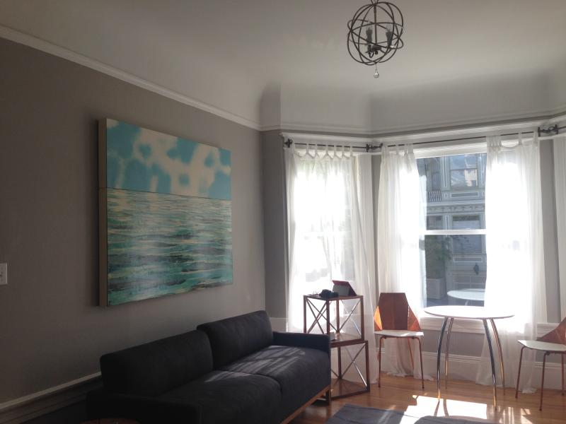 West facing windows offer an inviting space. - Haight / Cole Valley Dream Flat Available on VRBO - San Francisco - rentals