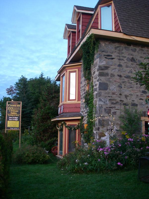 The gorgeous Stone home built in 1891 that feels like your in a castle one block to downtown. - Crews on INN to 3 suites downtown Huntsville, Ont. - Huntsville - rentals