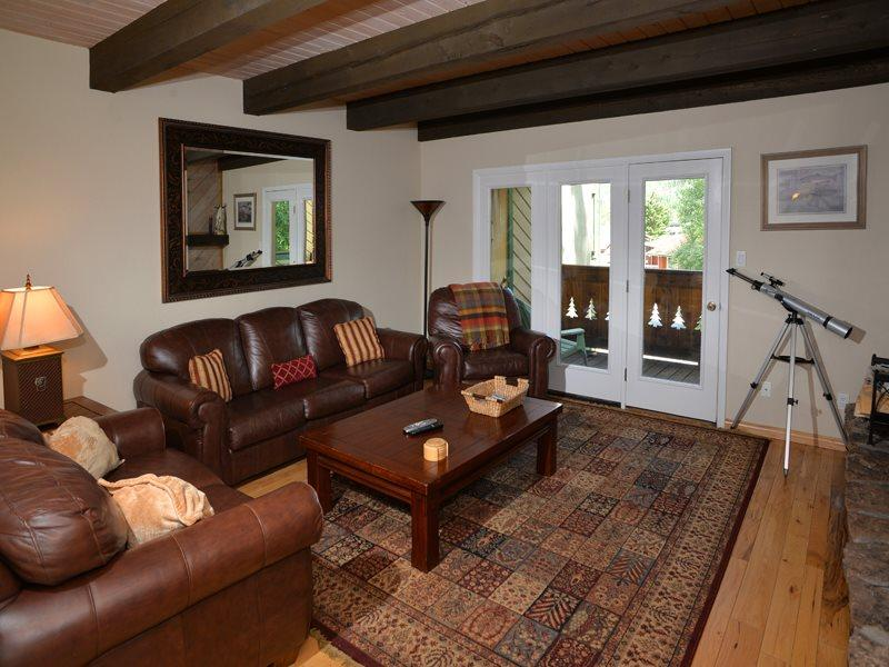 Living Room w/Sleeper Sofa - Enjoy this beautiful and affordable vacation condo in Vail located at 1839 Meadow Ridge Road. - Vail - rentals