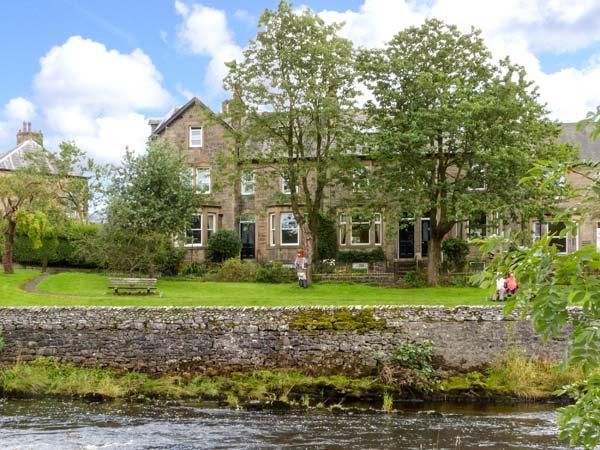 GILCHRIST HOUSE, quality cottage by river, games room, open fires in Settle Ref 18413 - Image 1 - Settle - rentals
