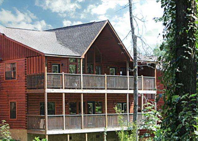 Cabin - Enclosed Resort Pool, Theater Room, Picnic Table, Pool Table, Air Hockey - Pigeon Forge - rentals