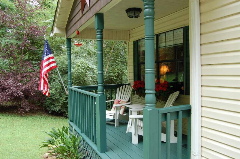 A great place for a cup of complimentary coffee or tea with a book or magazine provided. - Ridgecrest Cottage - 10 minutes from downtown! - Chattanooga - rentals