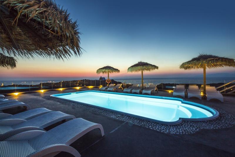 Magic sunset moments at the swimming pool. - OIA SUNSET VILLAS - villa  PEARL - Pool & Spa - Oia - rentals