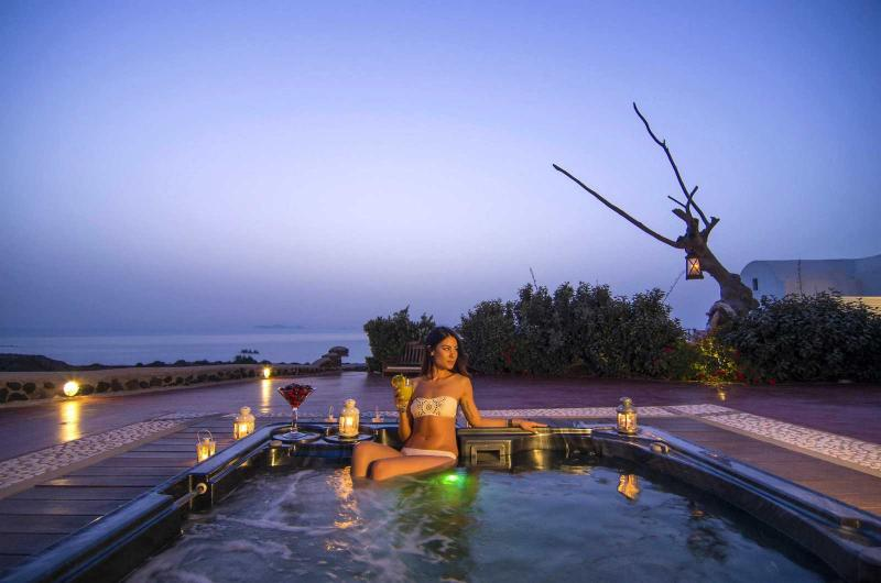 Outdoor private heated hydromassage spa with endless view in front of the sunset of Oia. - SWINGING  SUNSET  VILLA -  Swimming Pool & Spa - Oia - rentals