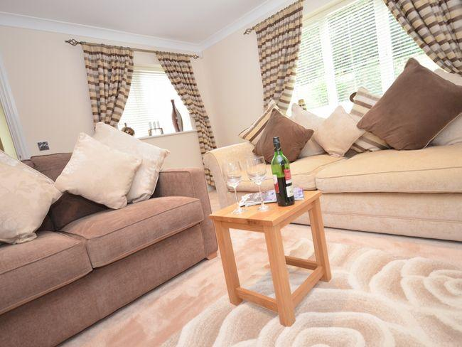 Lounge with doors leading to dining area - NILGA - Bideford - rentals