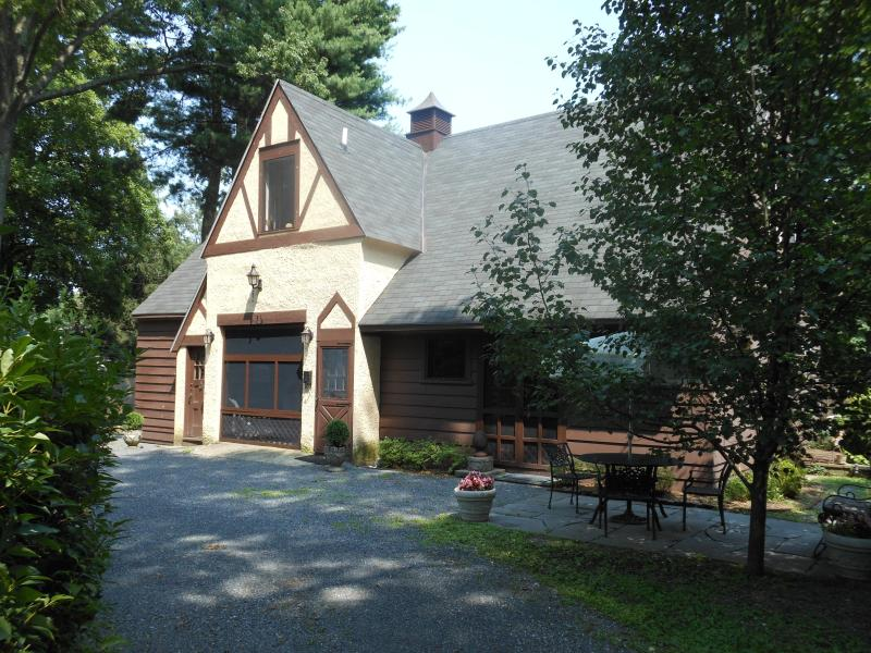 THE CARRIAGE HOUSE - Carriage House on private English Tudor Estate - Kingston - rentals