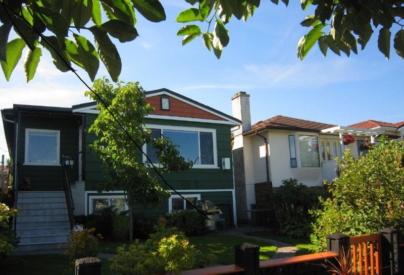 Welcome to Renfrew Heights Suite, in a quiet residential neighbourhood close to transit - LARGE suite in quiet neighborhood close to transit - Vancouver - rentals