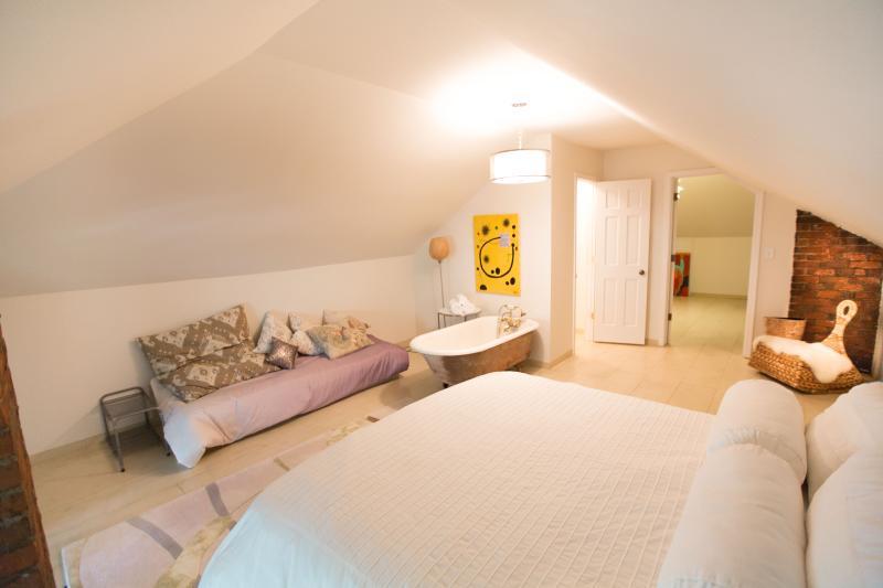 Master Suite Vivas Guesthouse - www.vivasguesthouse.com - Columbus - rentals