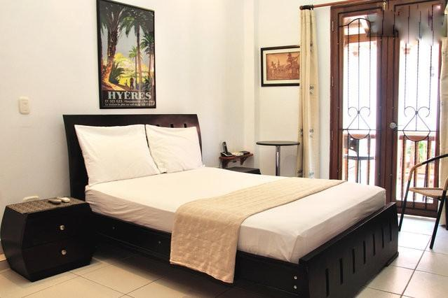 Entering your studio with view towards the balcony - Old City Studio-Balcony, washer/dryer, AC, wifi..! - Cartagena - rentals