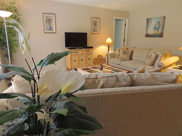 Comfortable living room has 39 inch flat screen TV with HD channels - Spacious Villa Grande Free Internet Private Beach - Venice - rentals