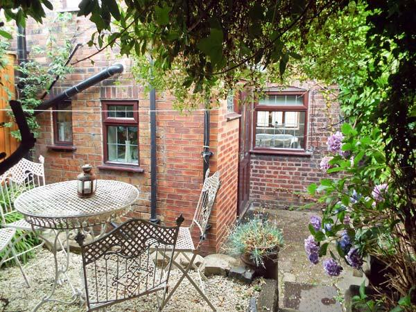 9 OVERTON BANK, family friendly, character holiday cottage, with a garden in Leek, Ref 4032 - Image 1 - Leek - rentals