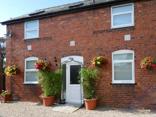 BERWYN COTTAGE, romantic, balcony with furniture, pub next door, Ref 912349 - Image 1 - Llangedwyn - rentals