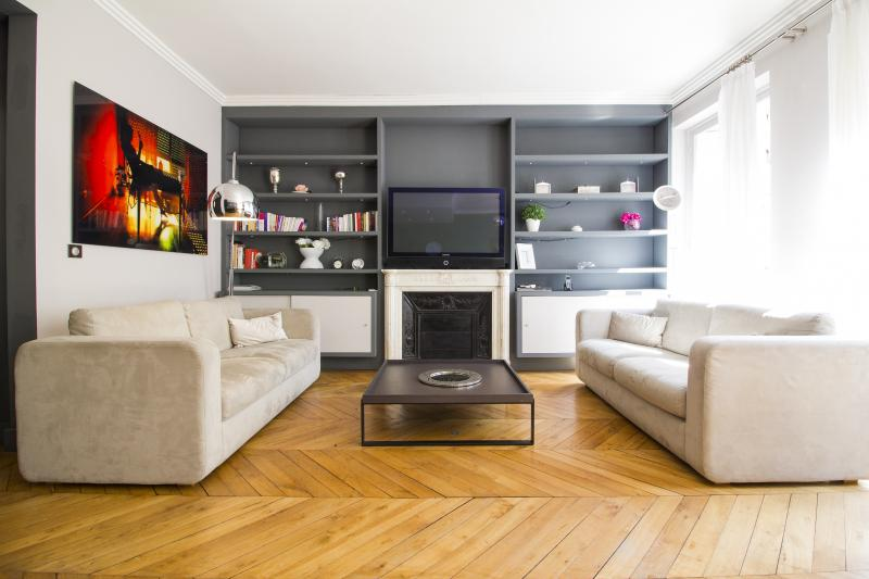 Living room with large flat TV - Vacation Rental at Chaillot in Champs Elysees - Paris - rentals