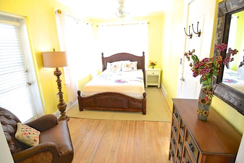VOTED #1 BY SRQ MAGAZINE- Poet Carriage House (1B) - Image 1 - Sarasota - rentals