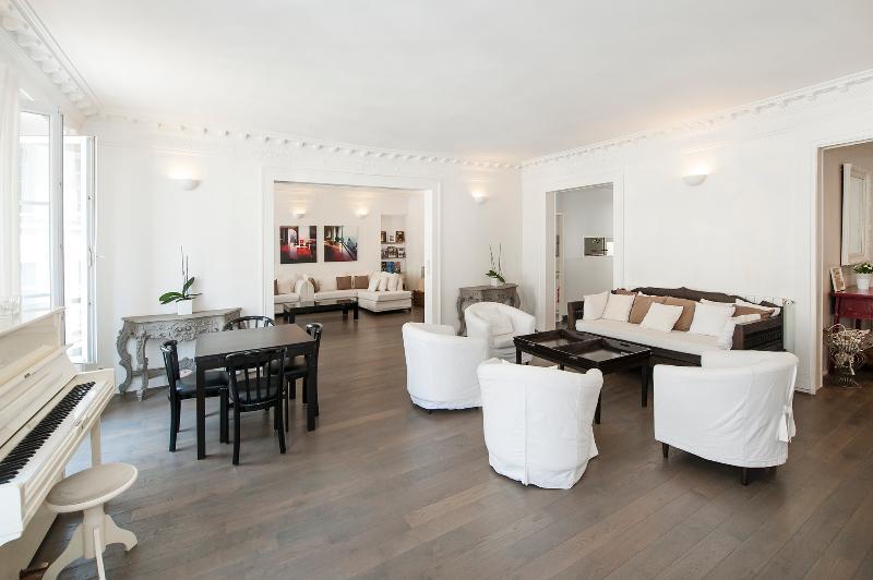 The living room - Spacious 3BD 2BTH - Madeleine/ Galeries Lafayette - Paris - rentals
