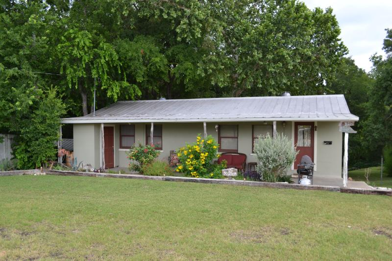 Lago Haus - Street view - Waterfront- Sleep 16- in 4/2, split level house - New Braunfels - rentals