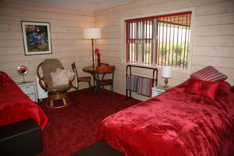 This large room is the double plus single or 3 single occupancy. Cozy and quiet - Retreat room 2 - Hamilton - rentals
