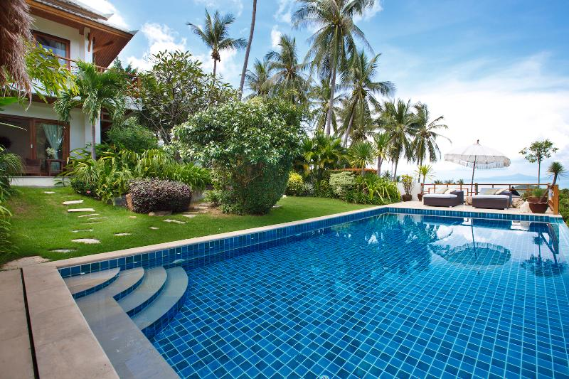 lush tropical garden and pool deck, great for the family (0.3m - 1.8m) - Barefoot Luxury ocean view pool villa in Bophut - Koh Samui - rentals