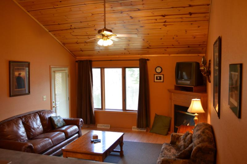Living Room of Eagle's Nest - Eagle's Nest: Waterfront, Family Friendly, Value - Athelstane - rentals