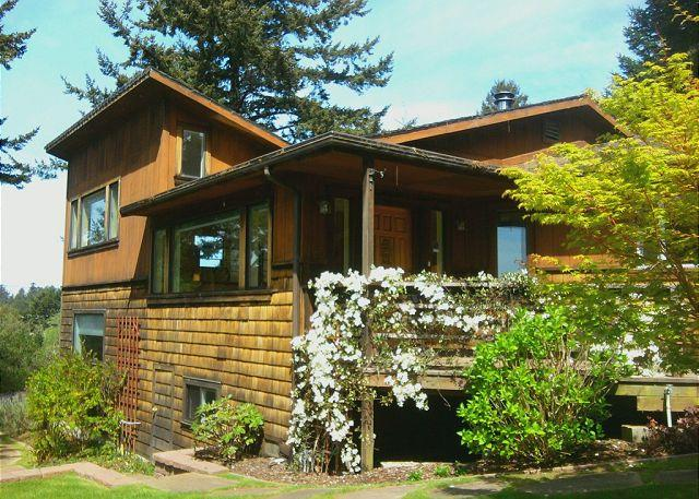 SCENIC COVE - HOME NEAR THE REDWOODS - Scenic Cove~ Private Trail to Beach, Great Kitchen, 2 family Rooms - Trinidad - rentals