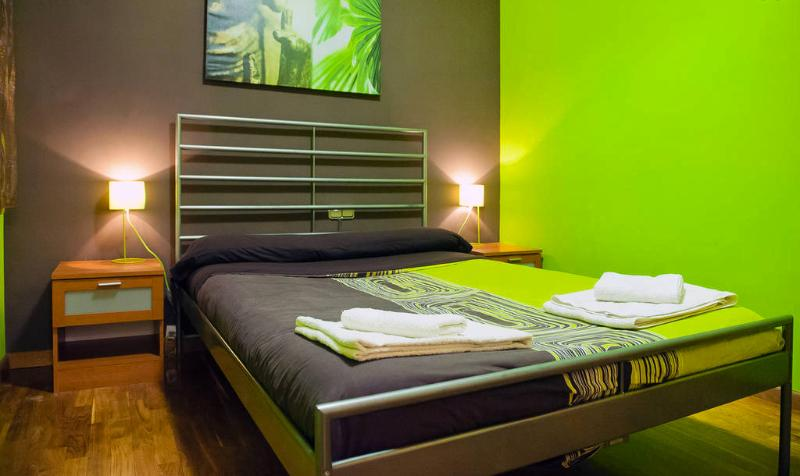 Bed linens and towels for each guest! - FIRA MONTJUIC PARC, close to las Ramblas, up to 7! - Barcelona - rentals
