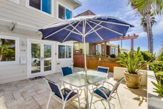 Relax under this umbrella at the table and stare off at the Ocean - Don's Law Street Lodgings - Pacific Beach - rentals