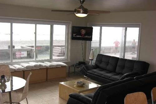 living room with ocean view - Gorgeous House with 1 BR & 1 BA in San Diego (3969 Ocean Front Walk #1) - San Diego - rentals