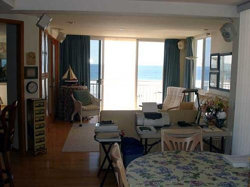 living room with ocean view - Super 2 BR, 2 BA House in San Diego (4627 Ocean Blvd. #305) - San Diego - rentals