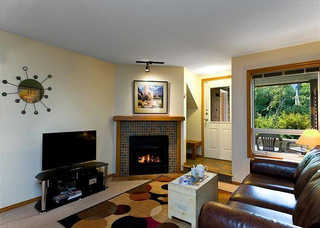 33 Glaciers Reach this 2br home has a hot tub & pool in Whistler Village - Image 1 - Whistler - rentals
