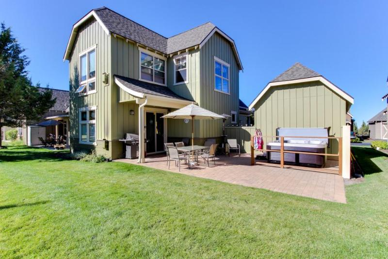 Gorgeous home w/private hot tub, shared pool - Image 1 - Redmond - rentals