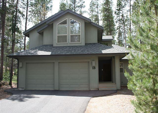 Filbert 13 - Inviting Sunriver Home with Gas Fireplace and Hot Tub Near North Entrance - Sunriver - rentals