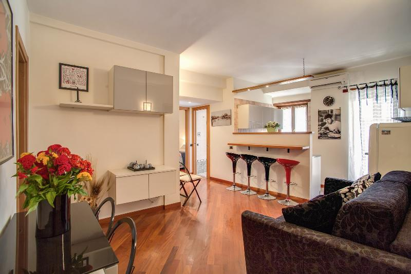 The entrance and the living - - A Charming Accomodation in the Vatican area - Rome - rentals