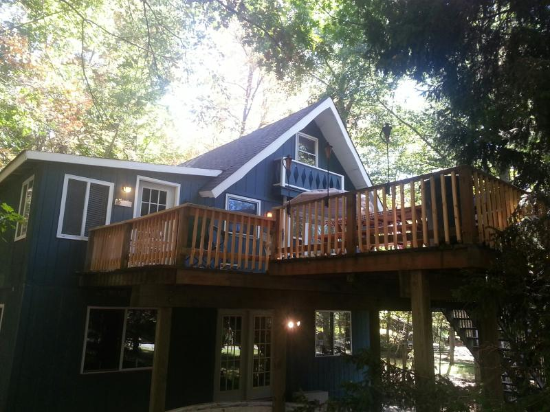 House in the trees...VERY private! - PRIVATE ARROWHEAD CHALET..LAKES, POOLS, BEACHES - Pocono Lake - rentals