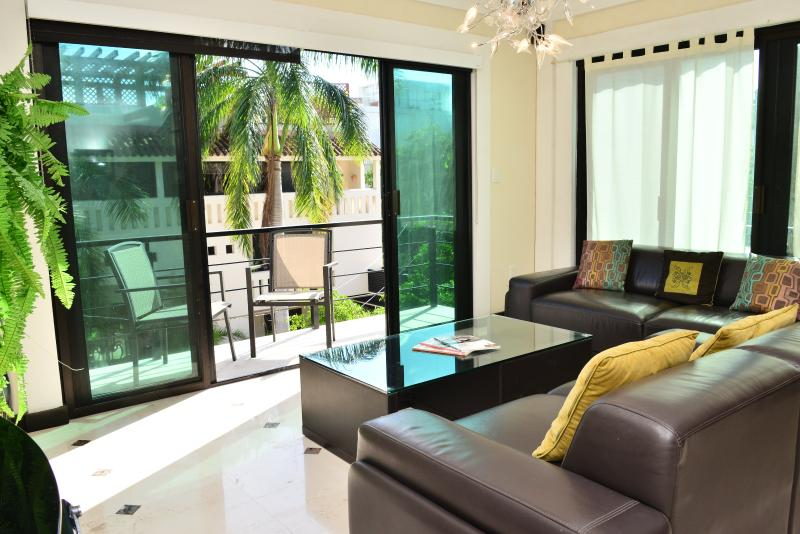 Living room - 2 bdr condo, great locat, rooftop pool w/sea views - Playa del Carmen - rentals