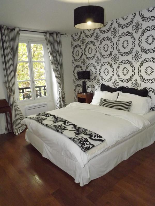 Bedroom in stylish designer fabrics - FabParisPad - stylish apartment in heart of Marais - Paris - rentals