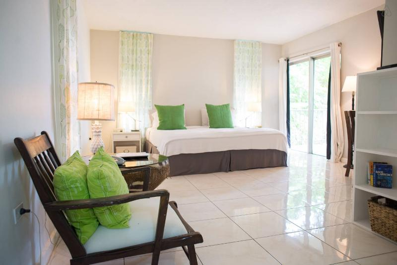 Bright studio apartment on the Hip Strip in Montego Bay, Jamaica. 5 minutes from MBJ Airport - Cozy Montego Bay Studio Apartment Jamaica - Montego Bay - rentals