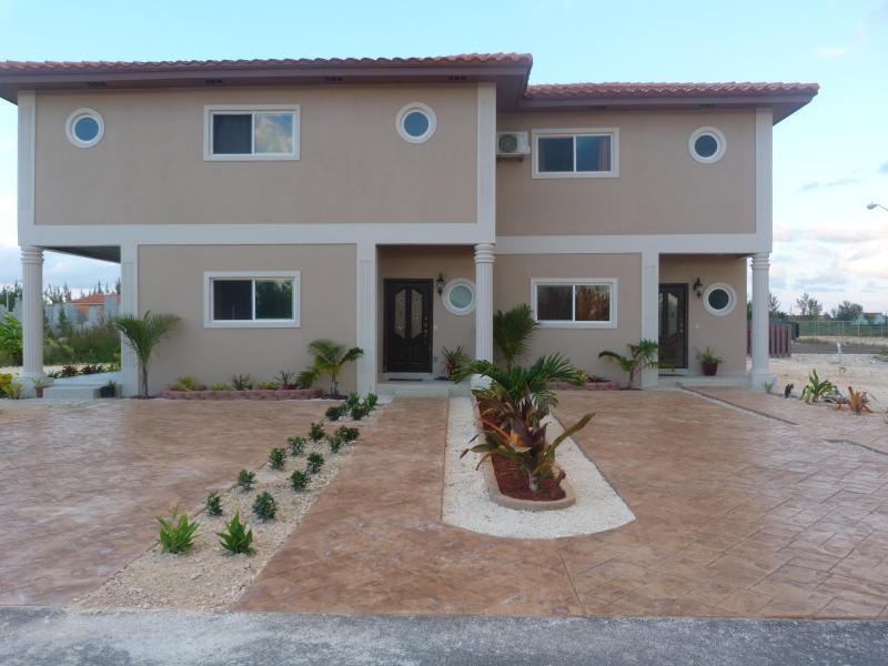 Driveway and walkway. - YOUR TASTE OF PARADISE, LET THE ADVENTURES BEGIN.. - Nassau - rentals