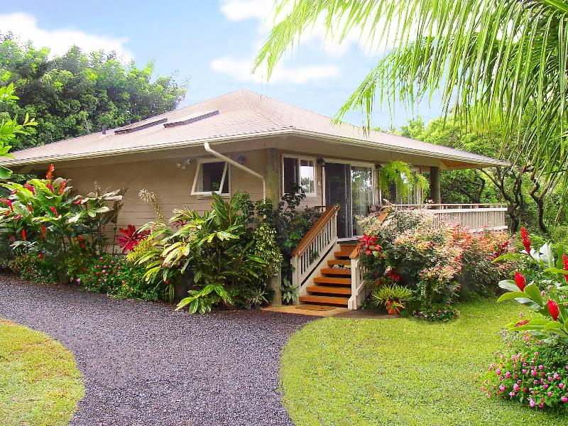 Welcome to your private, secluded love nest.. A unique, architectural Polynesian Pole Home - -Private Ocean View Cottage, K-bed, Hottub, Permit - Haiku - rentals