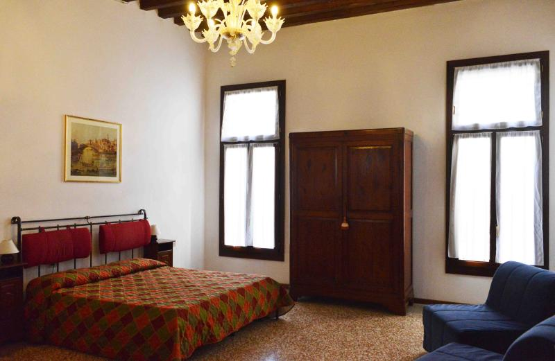 Double bedroom with canal view - Flat with a nice canal view in the heart of Venice - Venice - rentals