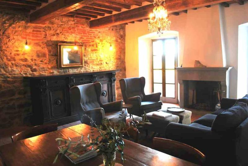Living room with traditional open fire - Casa Terrazza, centro storico, Lucignano - Lucignano - rentals