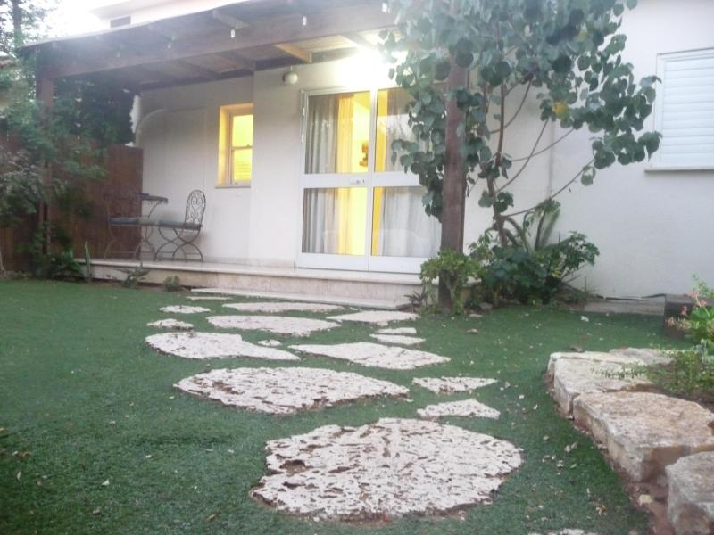 The yard - House with garden in a special & quiet area - Netanya - rentals