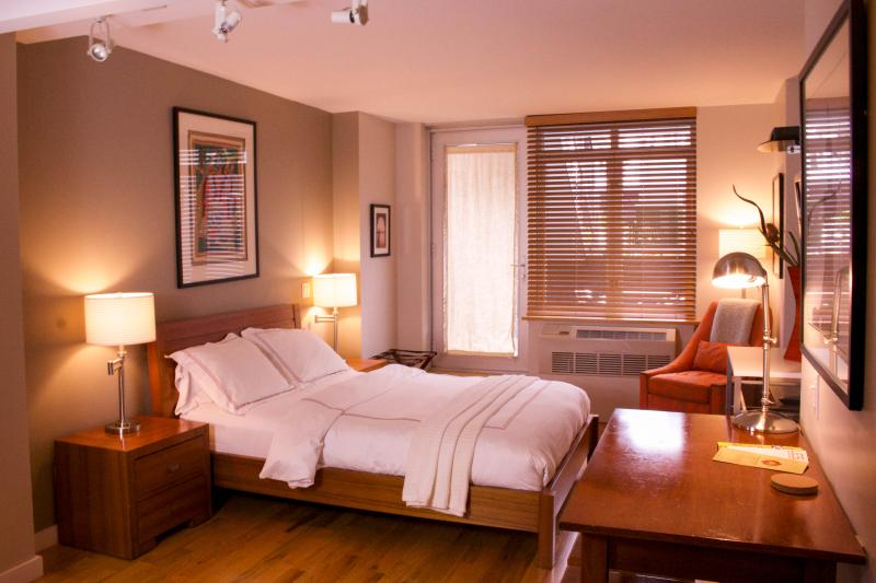 Premium quality queen bed  - sleeps 2 people - $199/NIGHT JULY SPECIAL: Modern Studio with Patio - New York City - rentals